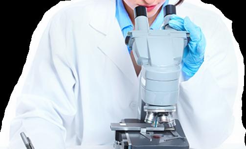 אישה מתבוננת במיקרוסקופ ולצדו מבחנות