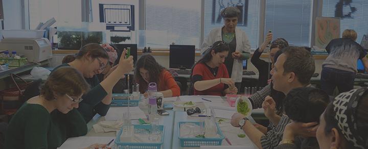 לבורנטית עם תלמידים במעבדה