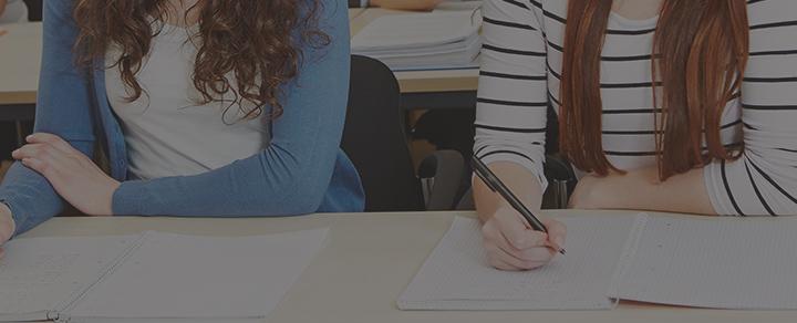 סטודנטיות יושבות בשולחן וכותבות