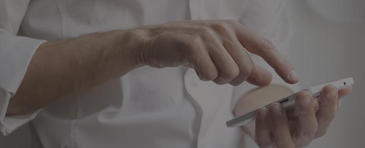 יד מקישה על סמארטפון