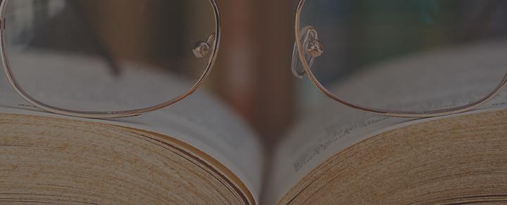 משקפיים על ספר
