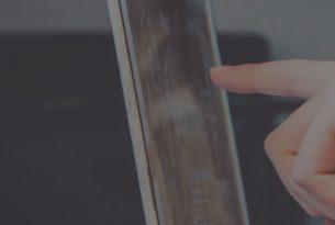 יד לוחצת על מסך
