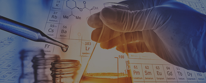יד עם כפפה אוחזת בציוד מעבדה בזמן ניסוי
